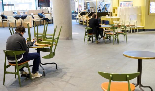 Coronavirus en Suecia / Distanciamiento en plazoleta de comidas de un centro comercial