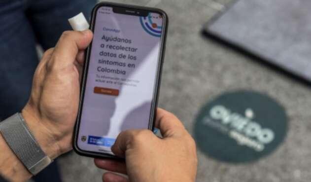 Un hombre usa la aplicación Coronapp utilizada en Colombia, durante la pandemia.