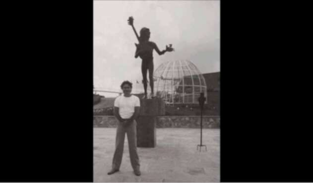 Carlos Lehder, junto a estatua de Lennon