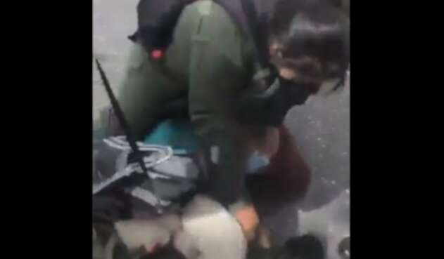 venezuela militar agrede a mujer