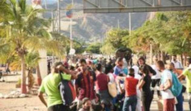 Aglomeración de venezolanos en la zona de frontera
