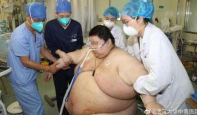 Zhou siendo atendido por el personal médico