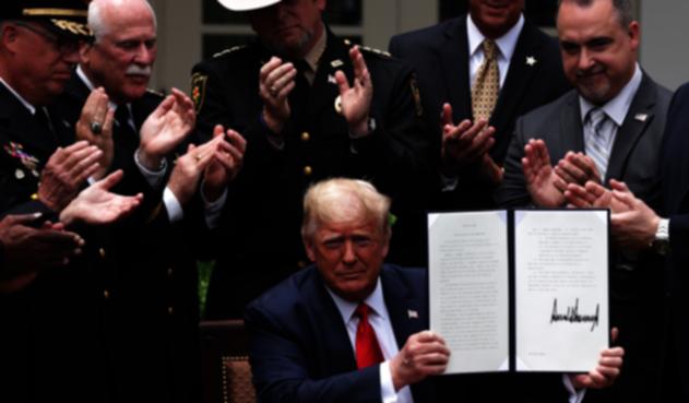 Donald Trump firma decreto para incentivar buenas prácticas en la policía