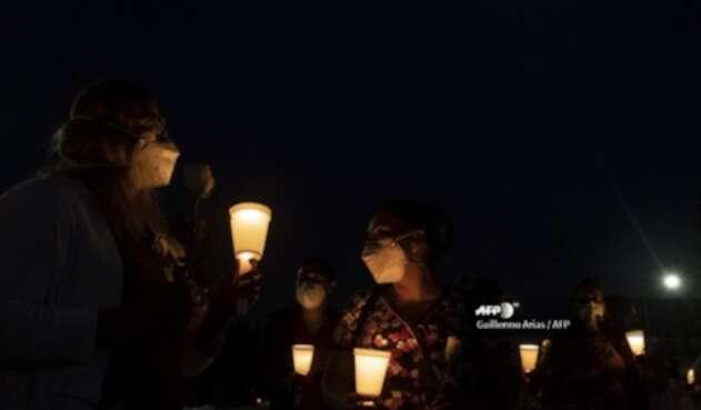 Trabajadores de la salud oran por el enfermero Manuel de Jesus Merino, en Tijuana