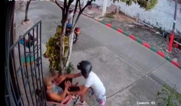 Abuelita le da su paliza a un abusivo ladrón