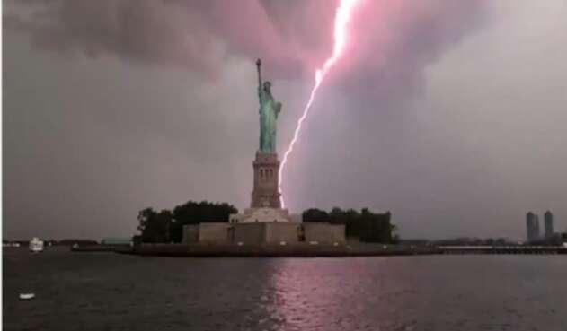 Cae rayo a la Estatua de la Libertad