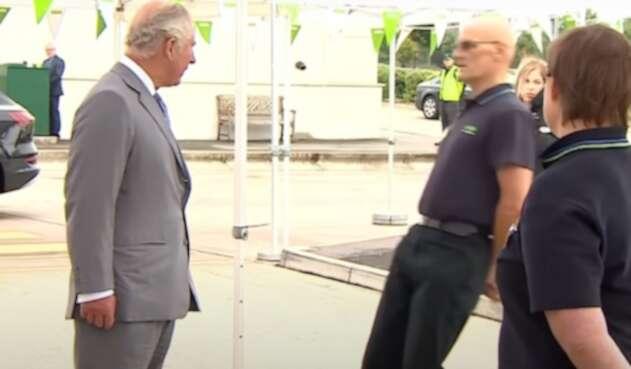 Hombre se desmaya frente al príncipe Carlos