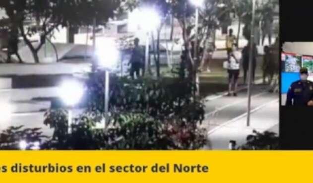 Graves disturbios dejan policías heridos