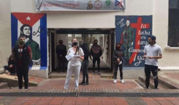 Estudiantes se encadenan en las sedes de la Universidad Nacional y Pedagógica para pedir matrícula Cero