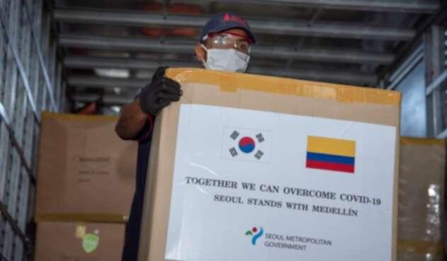 Los trajes fueron transportados desde Seúl con todos los protocolos de bioseguridad.