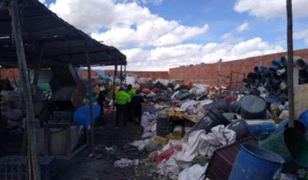 Empresa de reciclaje suspendida en actividades por daños ambientales.