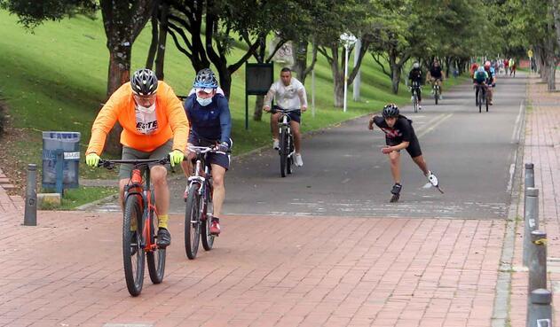 Nueva normalidad en Bogotá / Deportistas con tapabocas en parques de Bogotá