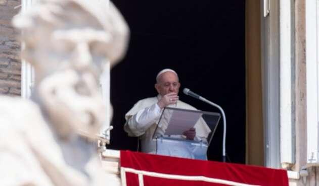 Papa Francisco dando su discurso en medio de pandemia