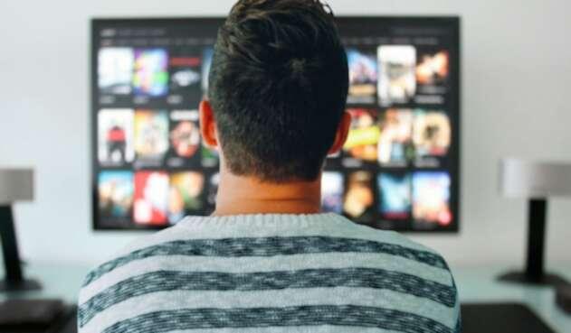 usuario viendo series en su televisor