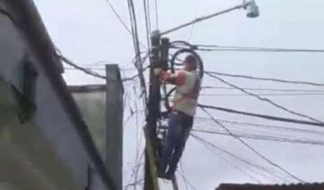 Momento de la suspensión del servicio de energía en la estación de Policía de Briceño.