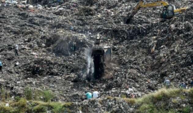 niña enterrada por basura en vertedero