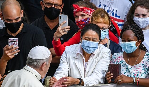 Papa Francisco se quitó el tapabocas