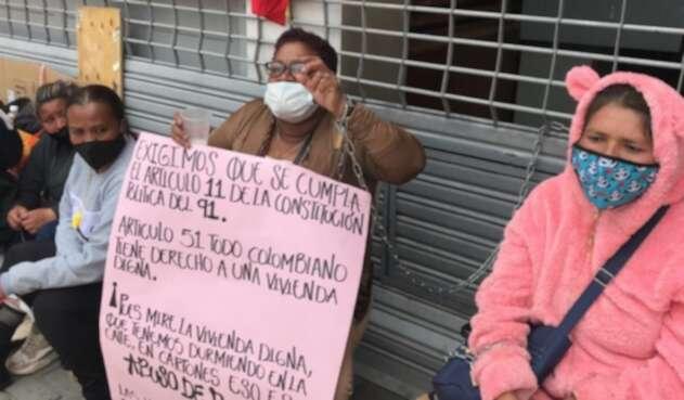 Víctimas del conflicto armado encadenadas en Minvivienda