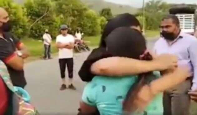 Abrazo de hermana de Juliana Giraldo y madre del soldado que mató a Juliana