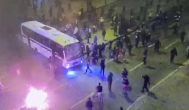 Bus de la policía quemado en Bosa