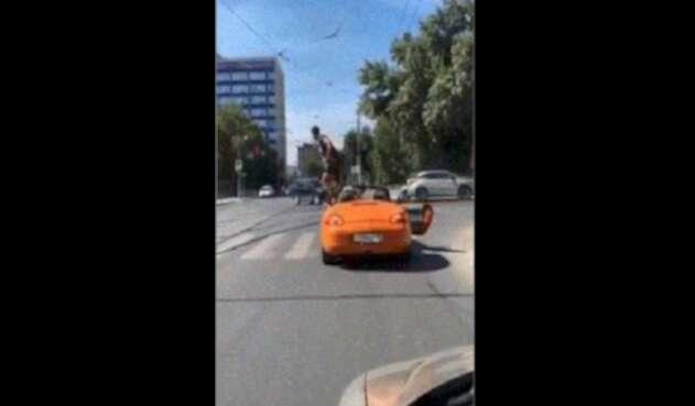 Dueño de lujoso carro recibe su merecido tras bloquear el paso de cera