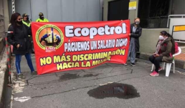 Señoras del aseo y los tinto de Ecopetrol ganan menos de un salario mínimo.