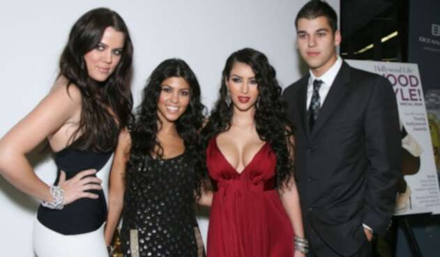 Khloe, Kourtney, Kimberly y Robert Kardashian en el estreno de Keeping up with the Kardashians, en 2007