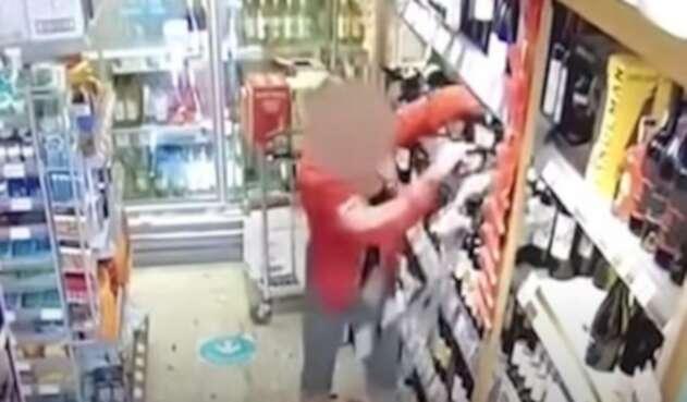 Mujer destroza una tienda porque le piden respetar normas de bioseguridad