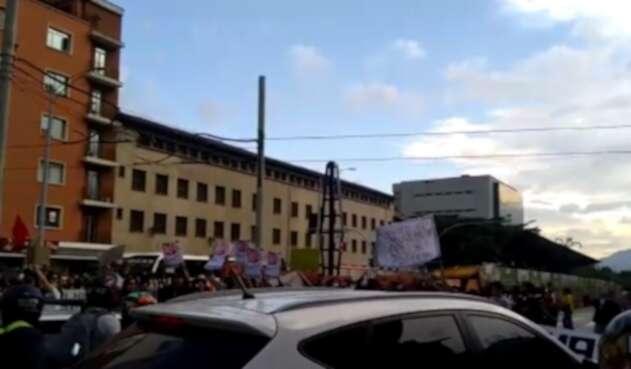 Protestas frente al comando de la Policía Metropolitana en Medellín