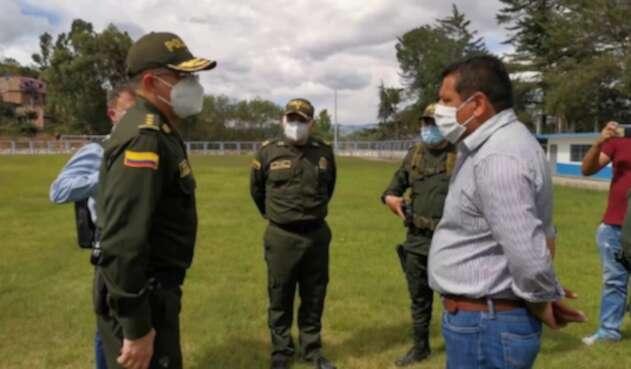 El General Vargas y el  Alcalde de Buesaco dialogan previo a Consejo de Seguridad.