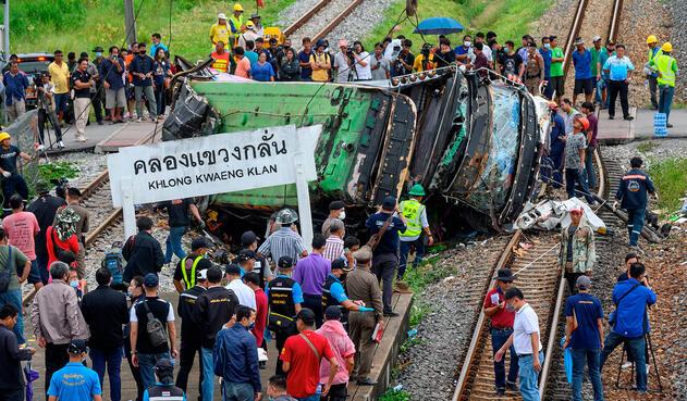 18 muertos tras choque de un tren y un autobús en Bangkok