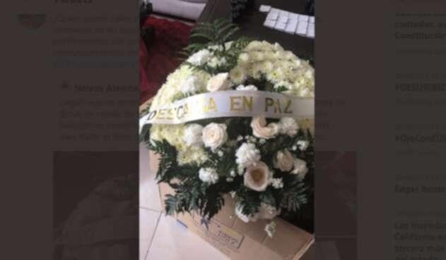 Directivos de Fecode recibieron esta corona de flores en señal de amenaza