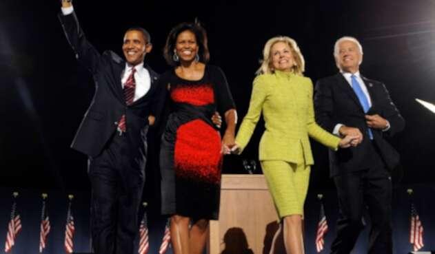 Barack Obama y Joe Biden con sus esposas en 2008