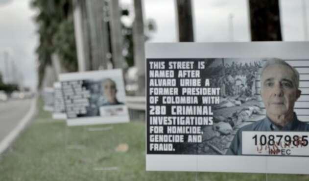 Calle de Miami con el nombre Uribe fue llenada de mensajes en su contra.