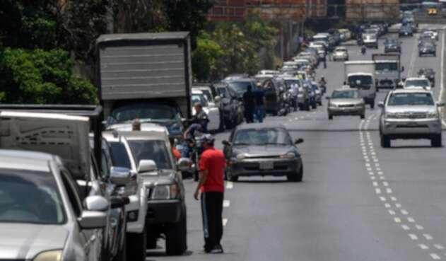 Largas filas de carros en Caracas para cargar combustible
