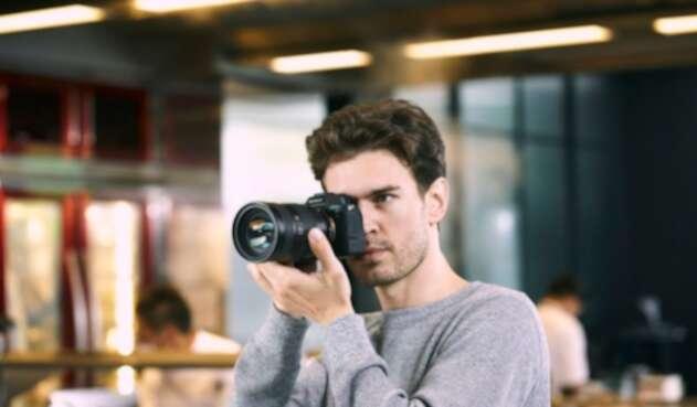Fotógrafo con cámara profesional