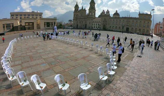 """""""Las sillas de los ausentes"""", homenaje a trabajadores de la salud muertos por covid en Colombia."""