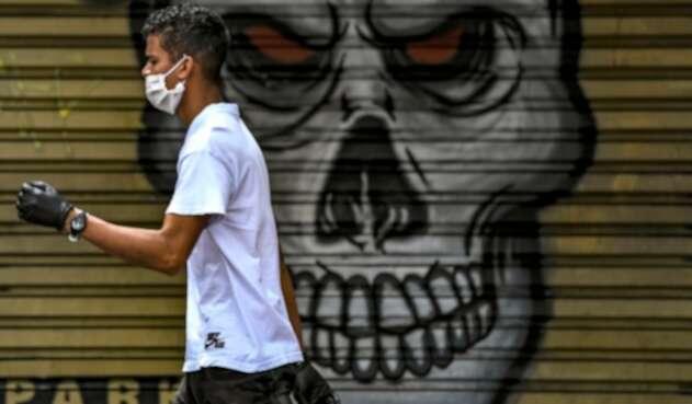 Hombre con tapabocas en Bogotá