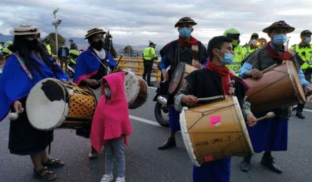 Indígenas protestan en el aeropuerto El Dorado de Bogotá