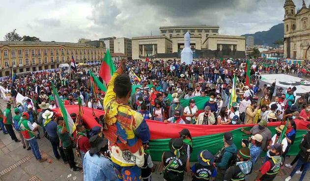 Recorrido por el centro de Bogotá de La minga indígena y llegada a la Plaza de Bolívar