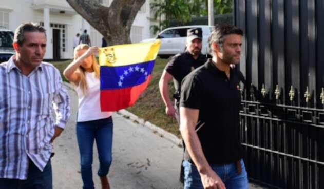 Leopoldo López fuera de la embajada española en Caracas