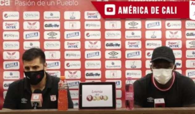 Juan Cruz Real y Marlon Torres, técnico y jugador del América