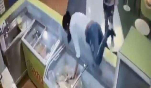 'Mujer araña' hace increíbles maniobras para robarse un celular en Atlántico