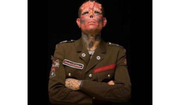 Hombreó se opera para ser como Red Skull, el malo de Capitán América