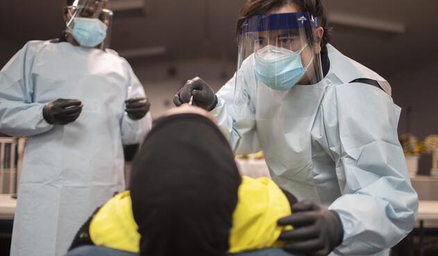Trabajadores de la salud hacen la prueba a una mujer en Estados Unidos