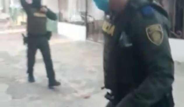 El uniformado está señalado de disparar contra un hombre.