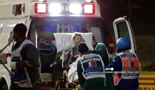Grosjean llevado en ambulancia