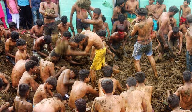 Batalla de excrementos de vaca en la India