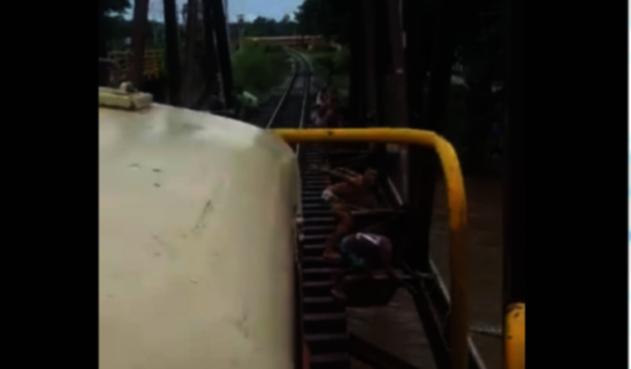 Menores se lanzan al río, antes de que los alcance el tren