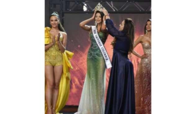 Catriona Gray en coronación de Laura Olascuaga como Miss Universe Colombia